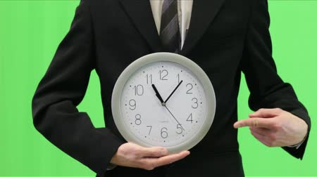 trabalhar fora : Business man in suit holding classic mechanical watch in his hands and pointing at the time. Good video for Tv programs, documentary films, etc. Areas of use: time is money, late for work, out of time, punctuality and deadline, etc. Vídeos
