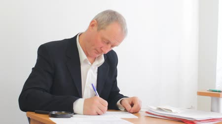 exemption : Adult senior businessman needs help accounting. Stock Footage