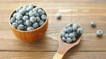 Fresh Ripe Blueberries in a Wooden Cup Vídeos