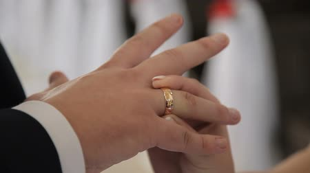 divino : The bride dresses the ring for the groom