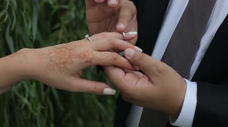 prego : The groom puts the ring on the finger of the bride
