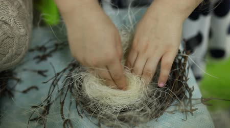 den matek : Children make a nest for birds, nest for birds Dostupné videozáznamy