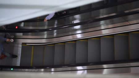 klatka schodowa : People climb the escalator in the mall