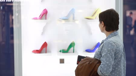 аксессуары : The girl is choosing fashionable shoes