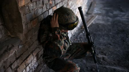 отчаянный : A thoughtful soldier, resting from a military operation Стоковые видеозаписи