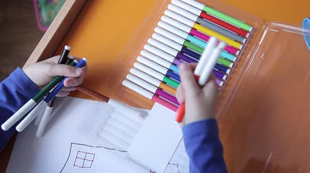 apontador : The boy takes colored markers for drawing Vídeos