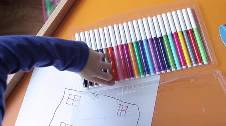 seçme : The boy chooses colored pens Stok Video