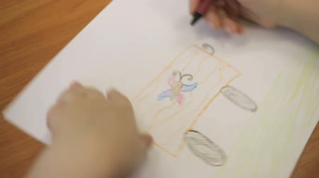 infantil : girl draws a colored pencil car