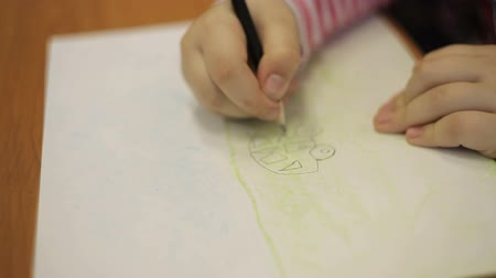płótno : A boy draws a picture with a pencil with a typewriter
