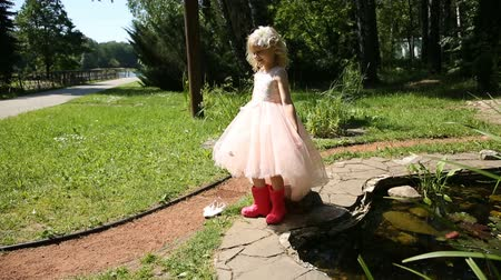 kutuları : Little girl in rubber boots in a flower garden