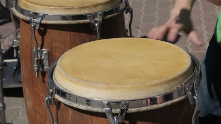 percussão : The street drummer plays drums