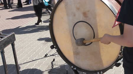 percussão : The street drummer is drumming into the drum