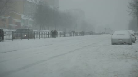 csapdába : Snow-covered city road with cars in the snow