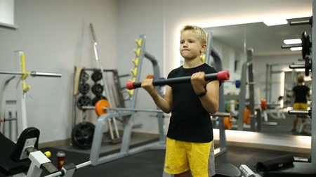 futball labda : The boy in the gym is playing sports