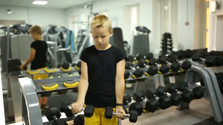 koncentracja : Boy in the gym with dumbbells