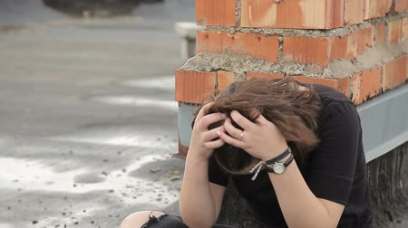 osamělost : Teen girl cries on the roof