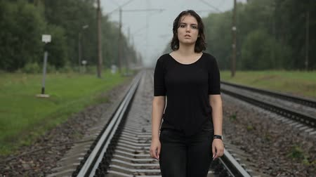 osamělost : Teen girl in depression on the railway Dostupné videozáznamy
