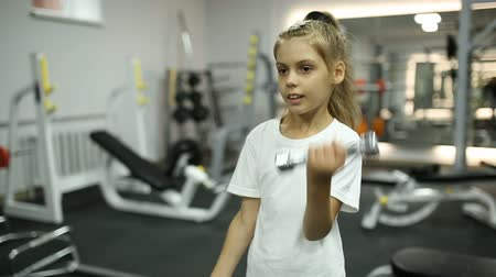 vzpírání : Girl with dumbbells in the gym Dostupné videozáznamy