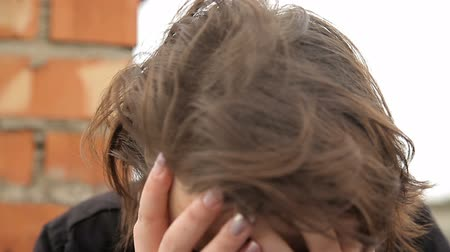 bağımlı : Teenage suicide young girl crying in depression Stok Video