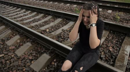 гот : Teenage suicide on the railroad