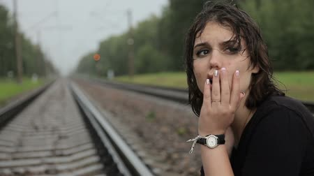 szomorúság : Teen girl cries on the railroad tracks Stock mozgókép