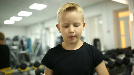 definição : The boy is training muscles in the gym