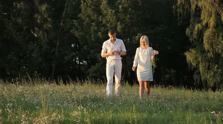 liste : A loving couple is walking along the lawn