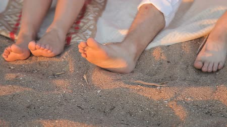 namiętność : Legs of lovers in the sand on the beach