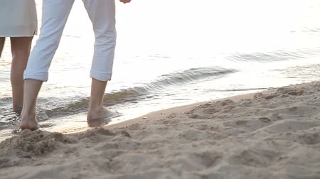 kąpiel : The guy and the girl go barefoot on the beach