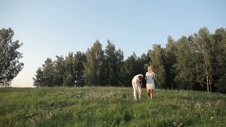 дата : The first date of a guy and a girl in nature Стоковые видеозаписи