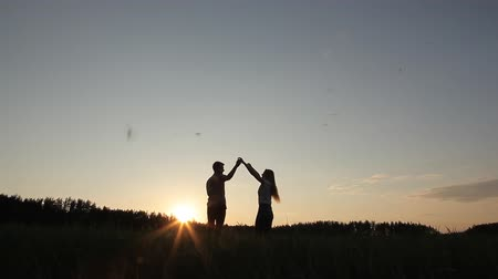 filtro : Loving couple at sunset in the field