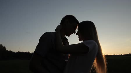 chica campo : Guy girl kissing and hugging in the field at sunset Archivo de Video