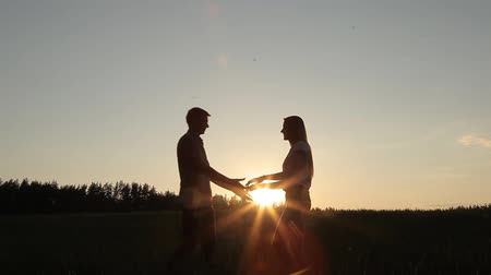 дата : Guy girl meet in the field at sunset