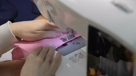 têxteis : The girl sews on the sewing machine Stock Footage