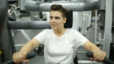 yoğunlaşma : The girl in the gym is engaged on the simulator