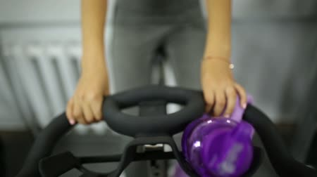 estacionário : Girl on exercise bike at the gym Vídeos