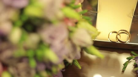 noiva : Wedding rings with a bouquet of flowers Stock Footage