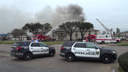 сжигание : HOUSTON, TEXAS USA - February 11, 2018 Police cars blocked the road near the fire