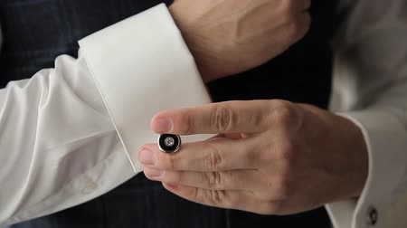 воротник : zips the cufflink on his shirt sleeve Стоковые видеозаписи