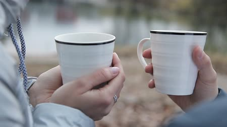 Валентин : Lovers drink coffee in the cold