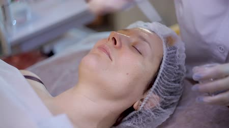 procedimento : Beautiful woman getting microdermabrasion at beauty salon