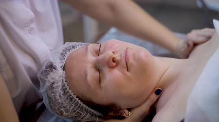procedimento : Massage of a womans neck in a beauty salon