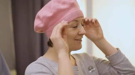 expressão facial : Beautiful girl tries on beret pink.