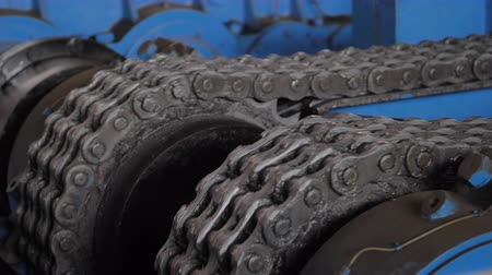výbava : huge greasy roller chain in motion