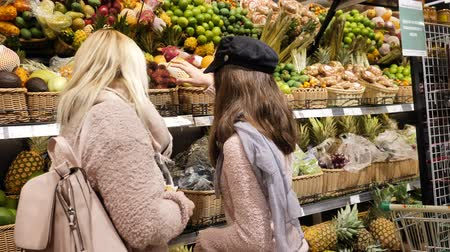 brzoskwinia : Mom and daughter in the Exotic Fruits section
