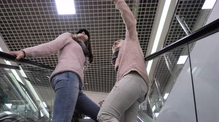 konzumovat : Mom and daughter go up the escalator in the mall Dostupné videozáznamy
