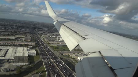 взял : The plane took off and flies over the city of miami. The point of view from inside the aircraft. Стоковые видеозаписи