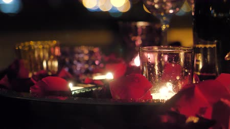 cera : Beautiful burning candles with red roses petals close up. Valentines day romantic concept.