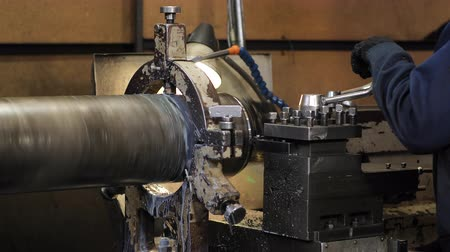 cortador : Turning lathe in action.Facing operation of a metal blank on turning machine with cutting tool.Old turning lathe machine in turning workshop.Operator machining high precision mold part by cnc lathe Vídeos