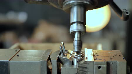 cortador : Cnc large drill milling shapes out of a metal piece on a cnc machine. Vídeos